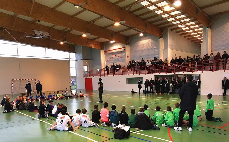 Démonstration Football Freestyle lors d'un tournoi de futsal près de Blois, le freestyler Corentin Baron a fait son show avec le ballon devant les équipes de jeunes avant la remise des récompenses. Il a aussi proposé des initiations tout l'après midi pour apprendre les premiers gestes techniques comme le slap, le tour du monde, la couronne ou le crossover par exemple.