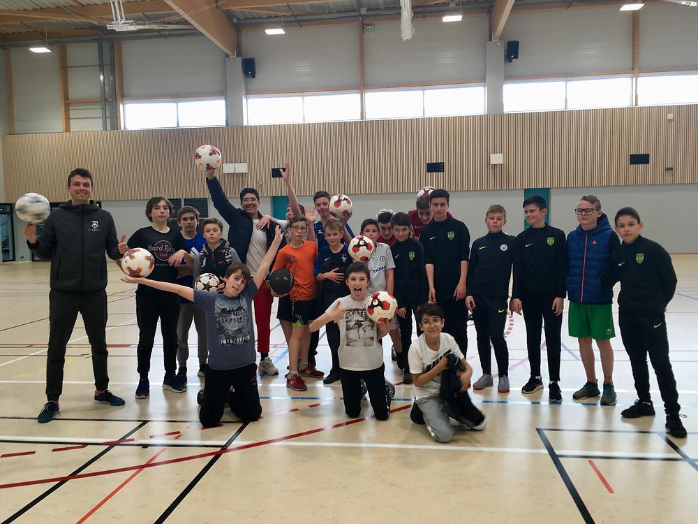Initiation Freestyle Football à Montaigu en Vendée avec Corentin Baron freestyler professionnel. Corentin a réalisé des démonstrations et a donné ses conseils pour apprendre les premiers tricks avec le ballon et réaliser des figures. Une animation pendant les vacances scolaires de Pâques pour les jeunes de la ville.