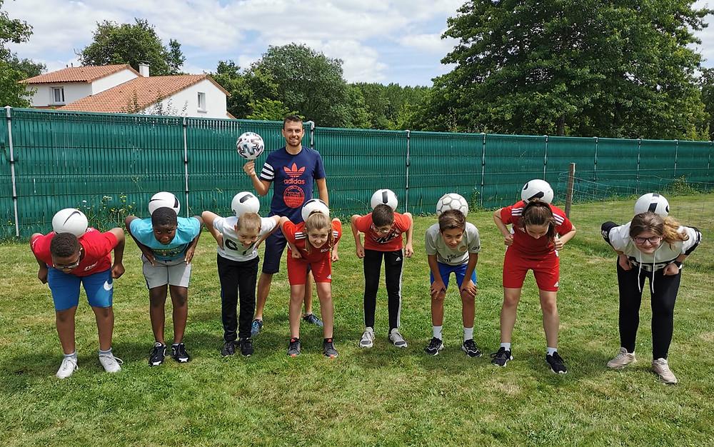 Initiation Freestyle Football à Cholet avec le freestyler Corentin Baron, après midi avec les jeunes de Nuaillé pour apprendre les premières figures avec le ballon, sans oublier des démonstrations du professionnel