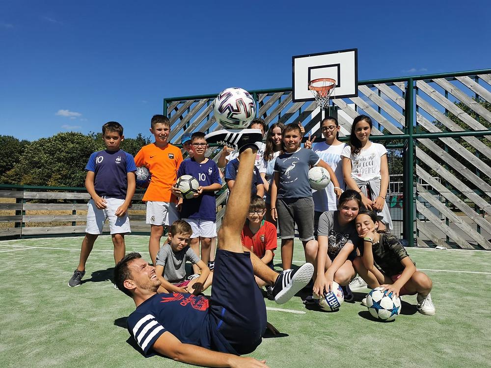 Initiation Football Freestyle pour les jeunes de divatte sur loire près de Nantes avec le freestyler Corentin Baron. Démonstration et ateliers pour apprendre les figures de base avec le ballon.