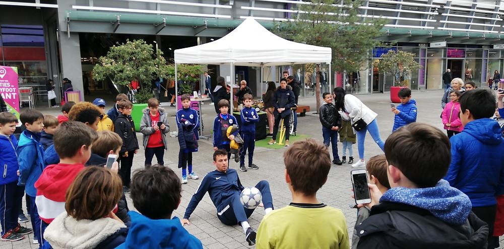 Animation Freestyle Football à Lyon au centre commercial carré de soi à Vaux en Vélin pour les 10 ans du centre commercial. Démonstrations et initiations Foot Freestyle avec le freestyler Corentin Baron