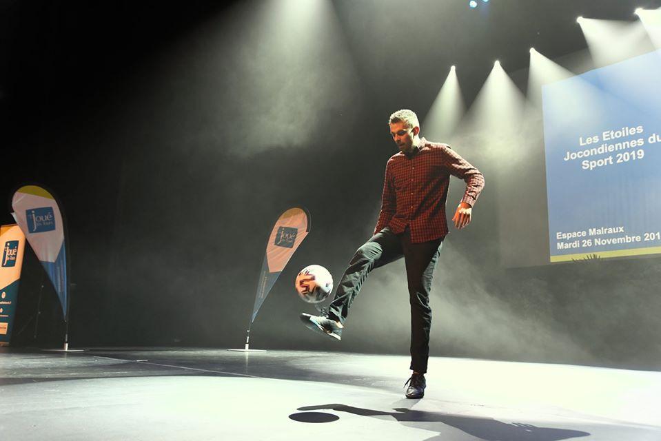 Show spectacle Football Freestyle pour la soirée de remise des trophées sportifs de la Ville de Joué les Tours avec le freestyler professionnel Corentin Baron de l'équipe Trick Me. Une animation qui a clôturé la soirée de belle manière.