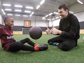 Anniversaire Freestyle Football à Paris avec Corentin Baron pour apprendre les gestes techniques avec le ballon. Une idée cadeau pour les passionnées de football et découvrir les tricks et figures avec un professionnel