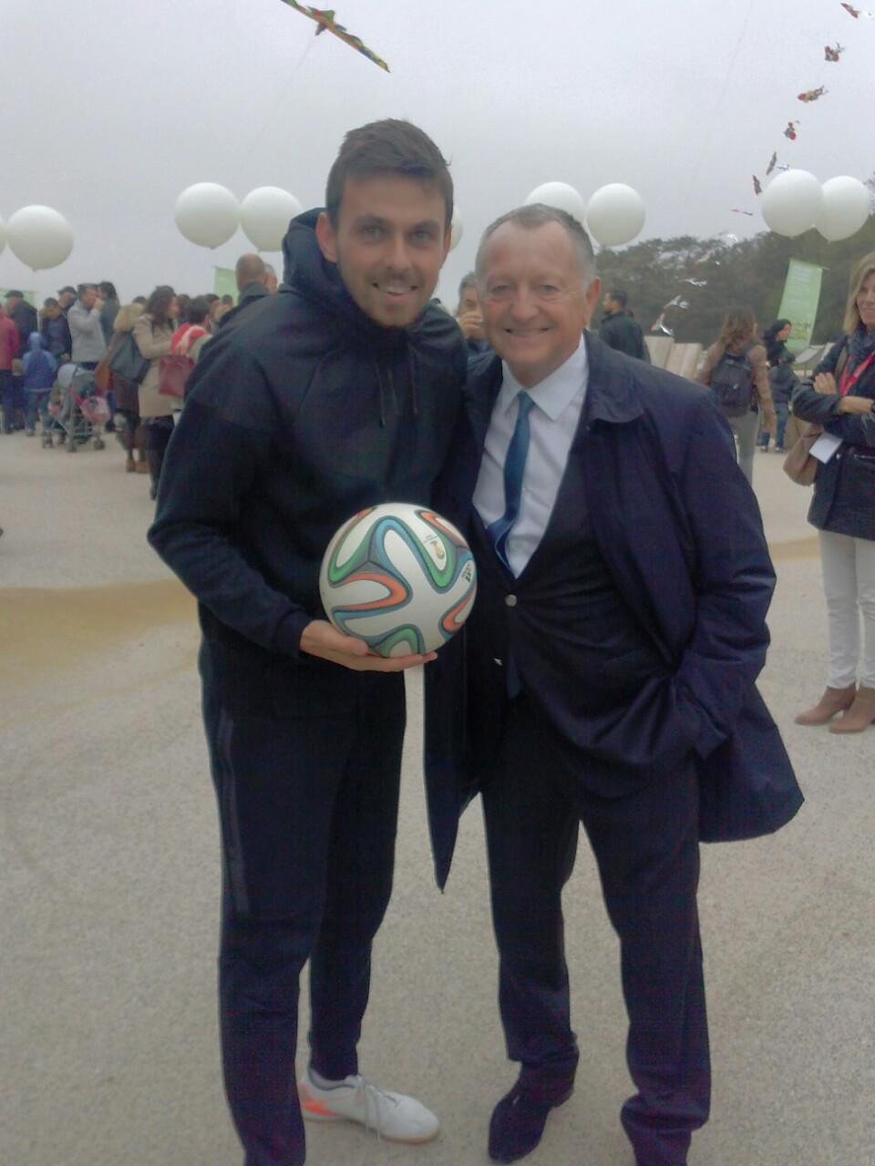 Show Freestyle Football à Lyon, Corentin Baron avec Jean Michel Aulas président de l'OL pour l'inauguration des nouveaux espaces du groupama stadium, stade de l'olympique Lyonnais.