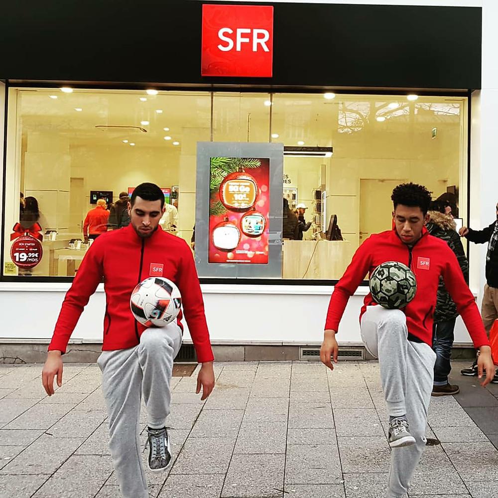 Animations foot freestyle pour des boutiques SFR dans le Nord à Lille. L'équipe defreestylerTrick Me assurait l'animation à Lille dans le nord dans le cadre de plusieurs journées d'opération marketing pour SFR.Au programme show démonstration de street football freestyle et initiation jonglage.