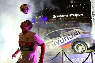 Animation Freestyle Football par Corentin Baron devant le groupama stadium à Lyon en avant match pour le sponsor Huyndai. Show spectacle, défis et initiation freestyle foot par le freestyler professionnel devant la nouvelle voiture de la marque, une belle promotion.
