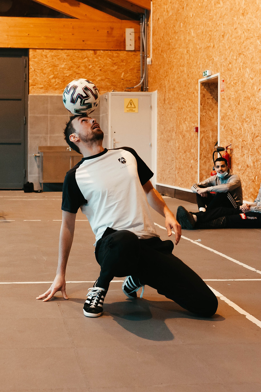 Démonstration de Freestyle Football par Corentin Baron pour un club près de Lyon, le freestyler a ravi les jeunes lors de son spectacle avec ses gestes techniques et acrobaties avec le ballon.