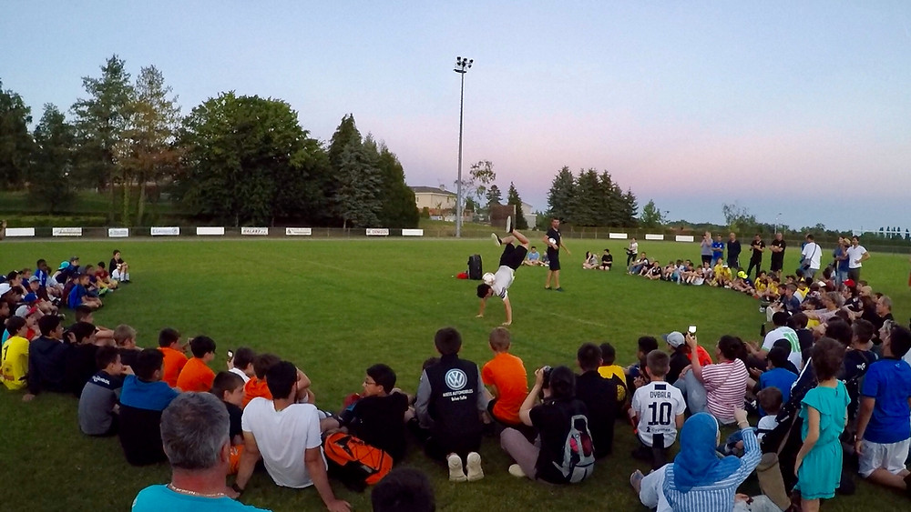 Show Football Freestyle pour un tournoi de club à Limoges, spectacle des freestylers de l'équipe Trick Me pendant la soirée d'animation et initiations pour apprendre les bases du freestyle l'après midi pour tous les enfants.