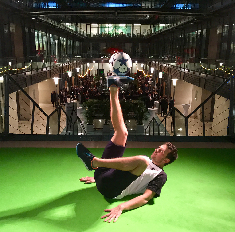 Show spectacle Freestyle Football à Paris par le freestyler foot professionnel Corentin Baron pour une soirée d'entreprise sur le thème Brésil. Une animation avec démonstration de freestyle et échanges et défis  avec le ballon