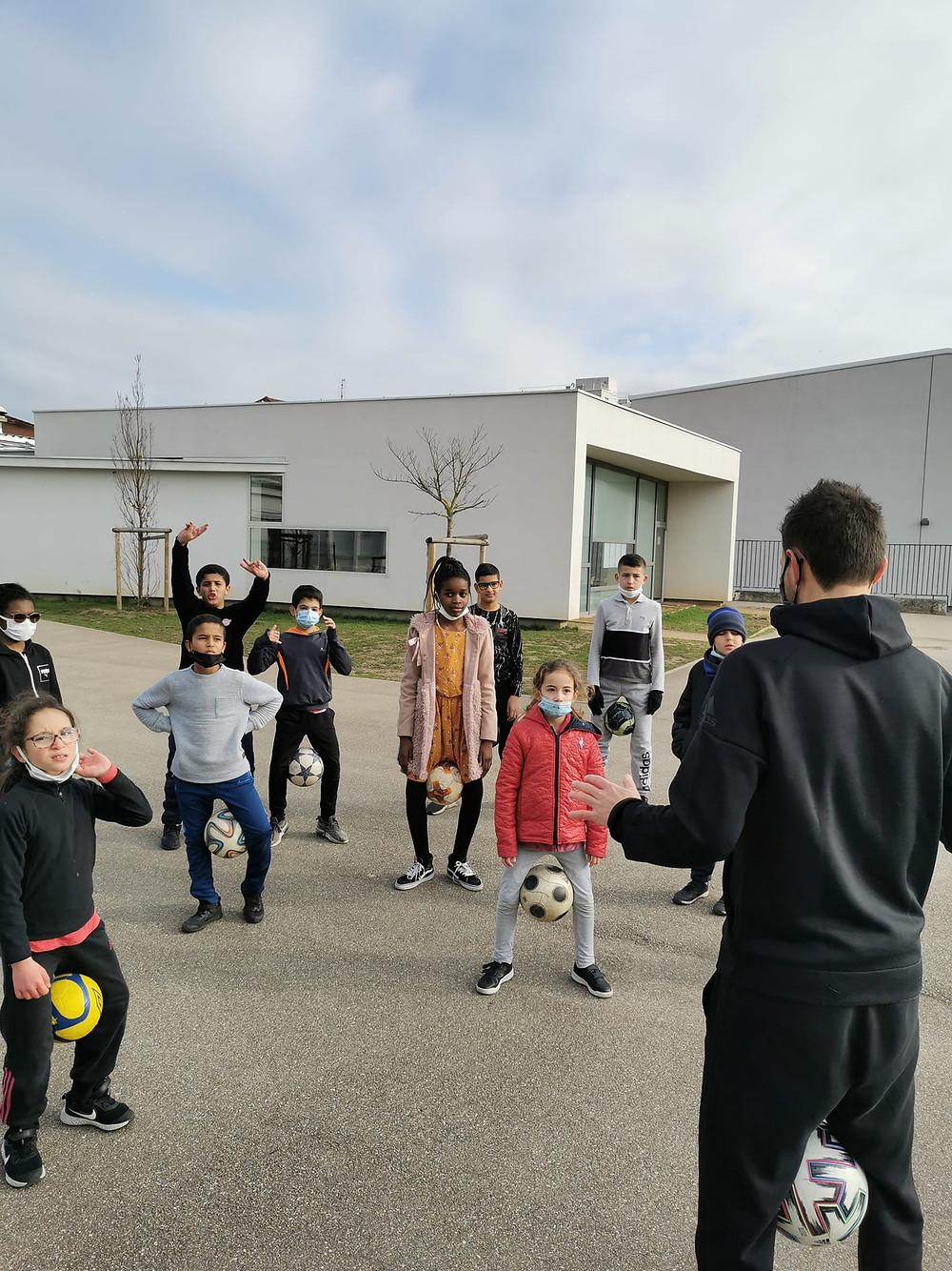 Initiation Freestyle Football pendant les vacances scolaires pour les jeunes d'une association jeunesse. Intervention avec démonstrations et ateliers pour apprendre les figures avec le ballon.