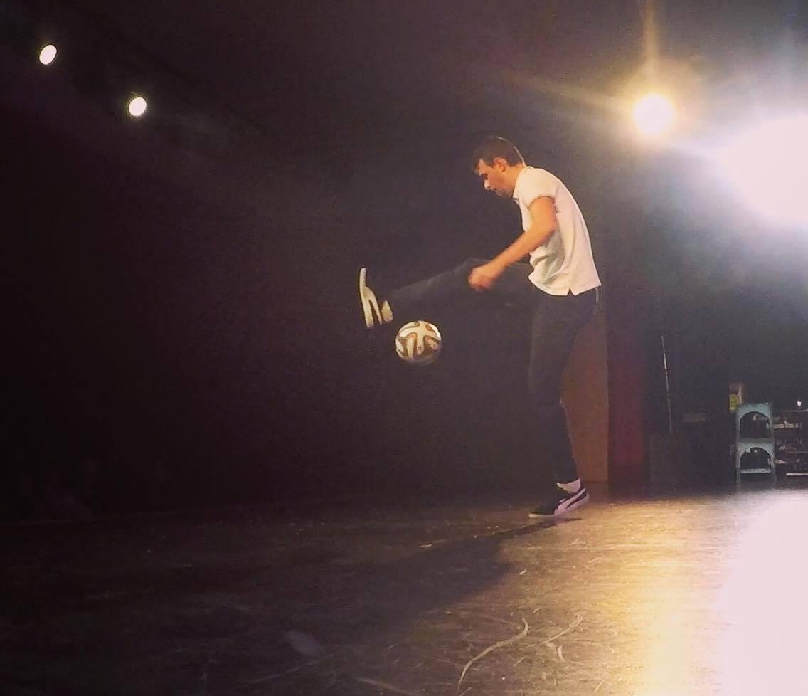 Corentin Baron show football freestyle sur scène lors du cabaret à Laval