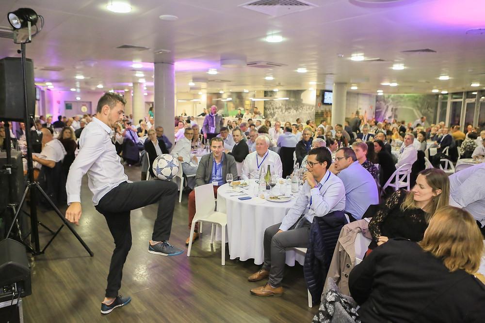 Show Football Freestyle dans un restaurant pour un dîner d'entreprise, une soirée animée par des démonstrations spectacles du freestyler professionnel et artiste Corentin Baron. Gestes techniques avec le ballon et acrobaties rythmées sur la musique ont ravi et impressionné les invités.
