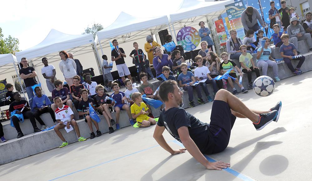 Démonstration Football Freestyle de Corentin Baron freestyler de l'équipe Trick Me, à Niort pour un festival urbain au coeur de la ville. Une animation avec shows et initiations pour les jeunes.