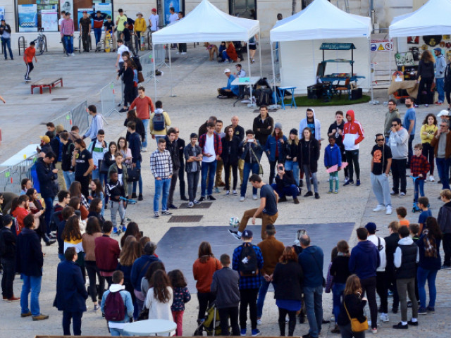 Corentin était à Niort pour assurer une animation street football. Dans le cadre du festival urbain, En Vie urbaine, le public a pu apprécierplusieurs démonstrations urban football freestyle mais aussi échanger avec le freestyler avec des initiations pour apprendre la discipline.