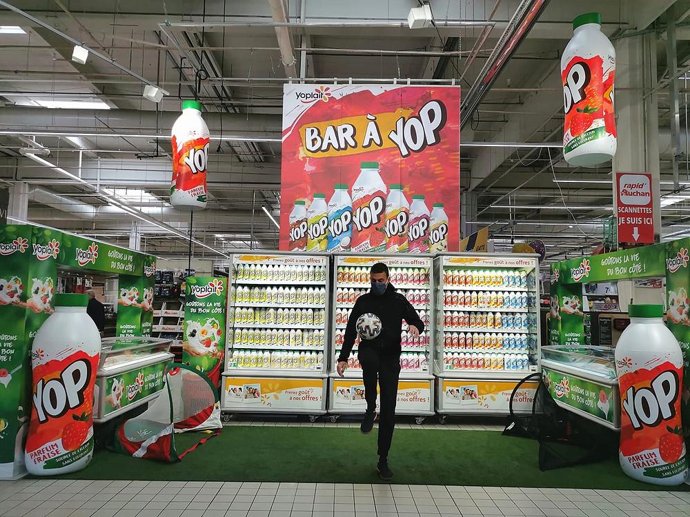 Animation YOP Freestyle Football à Lyon avec le freestyler Corentin Baron. Démonstration et initiation dans le centre commercial pour les clients du magasin