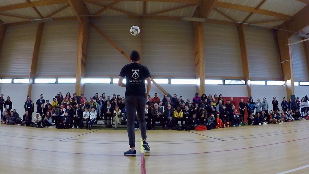 Show Freestyle Football avec Corentin Baron artiste et freestyler professionnel de l'équipe Trick Me. Démonstration et initiations pour la finale nationale du championnat de futsal féminin.