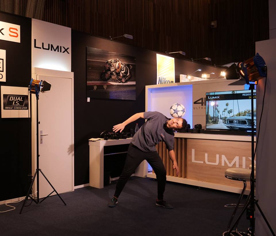 Animation Freestyle Football pour Panasonic lors d'un salon vidéo, photo et drone à Paris. Démonstrations de tricks et figures avec le ballon par le freestyler et artiste professionnel Corentin Baron