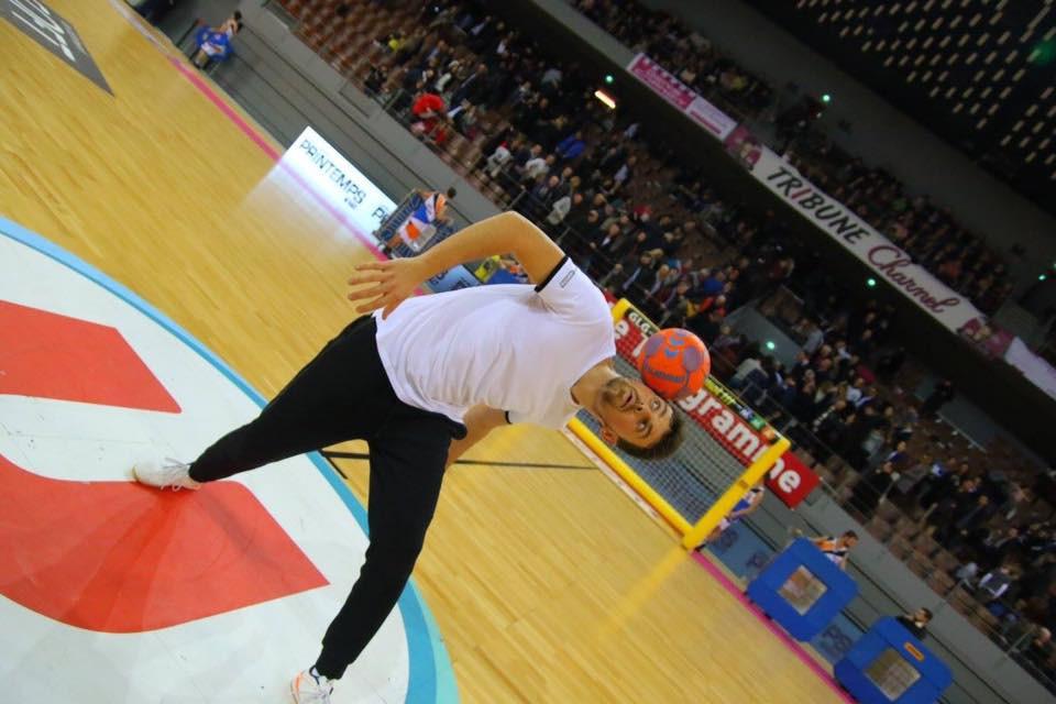 Animation Freestyle Football pour un match de Handball à Brest. Démonstration de Football Freestyle pour un match de handball en Bretagne à Brest lors de l'avant match et mi-temps. Corentin freestyler professionnel de l'équipe Trick Me a assuré plusieurs démonstrations avec le ballon de handball.