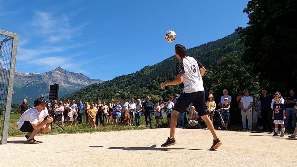Démonstration Freestyle Football en Haute Savoie pour l'inauguration d'un terrain de football. Corentin Baron, freestyler professionnel a assuré l'animation devant le public et les élus de la ville.