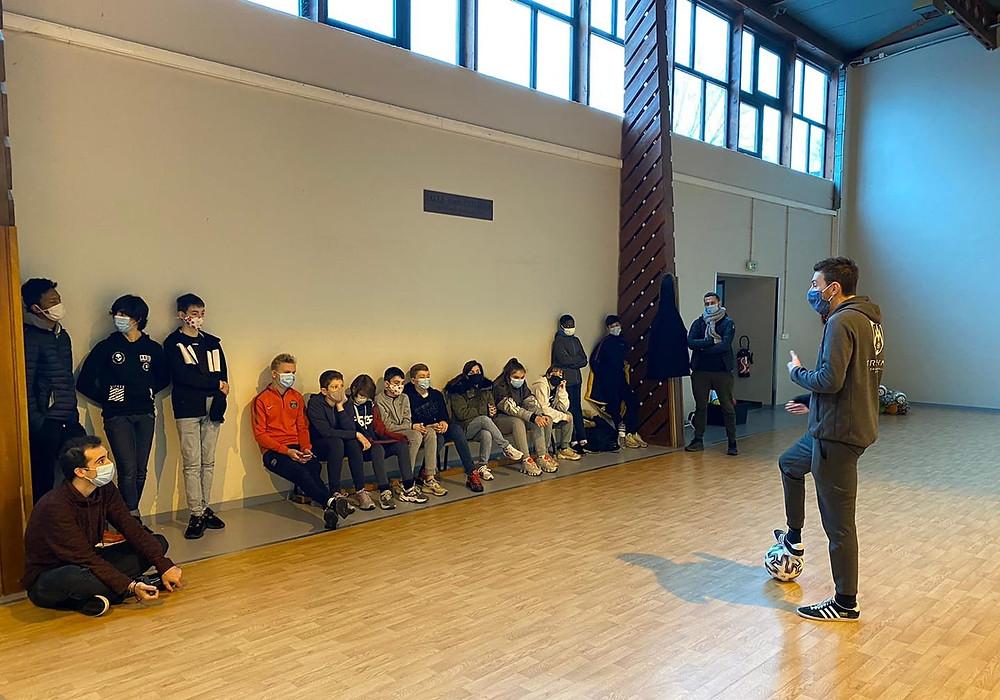 Démonstration et Initiation Freestyle Football dans le département des Yvelines près de Paris pour les jeunes d'un espace jeunesse. Au programme, démonstrations en musique ateliers pour apprendre les figures et gestes techniques avec le ballon.