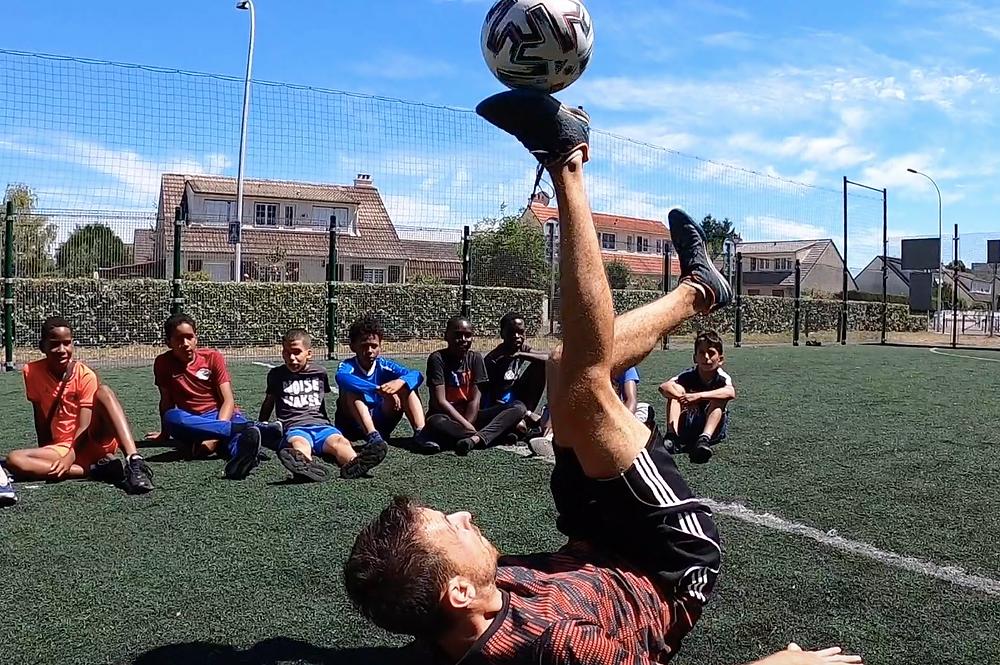Corentin était en seine et marne pour des démonstrations et initiations au Football Freestyle. Une animation pour les jeunes de la ville qui ont pu admirer la technique avec le ballon et apprendre des gestes et tricks grâce aux conseils du freestyler.