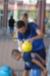 Initiation Football Freestyle avec Corentin freestyler foot professionnel dans un centre commercial à Lyon. Atelier et cours pour apprendre le jonglage, figures et gestes techniques avec le ballon. Animation Freestyle Football ouvert au public qui a ravi les enfants.