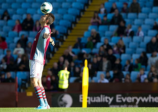 Show Freestyle Football sur le terrain d'Aston Villa en premier league avec le freestyler foot professionnel Corentin Baron champion de france de jonglage et techniques avec le ballon. Démonstration sur le terrain et dans les salon.