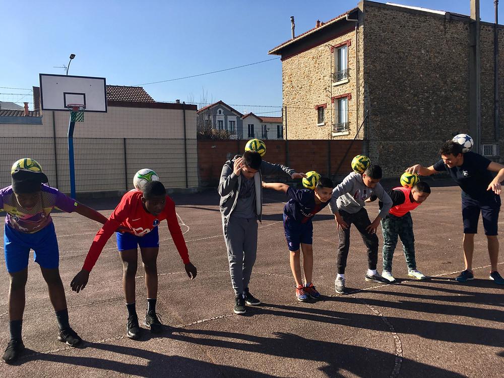 Initiation Freestyle Football à Paris par Corentin Baron freestyler et artiste professionnel venu pendant les vacances scolaires de février réalisé des ateliers pour apprendre des gestes et des démonstrations. une animation pour tous les jeunes