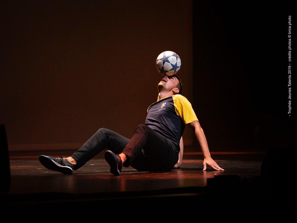 Show Football Freestyle à Saint Nazaire en Loire Atlantique pour une soirée concours de jeunes talents. Corentin était invité pour un spectacle sur scène mêlant jonglage et acrobaties avec le ballon.