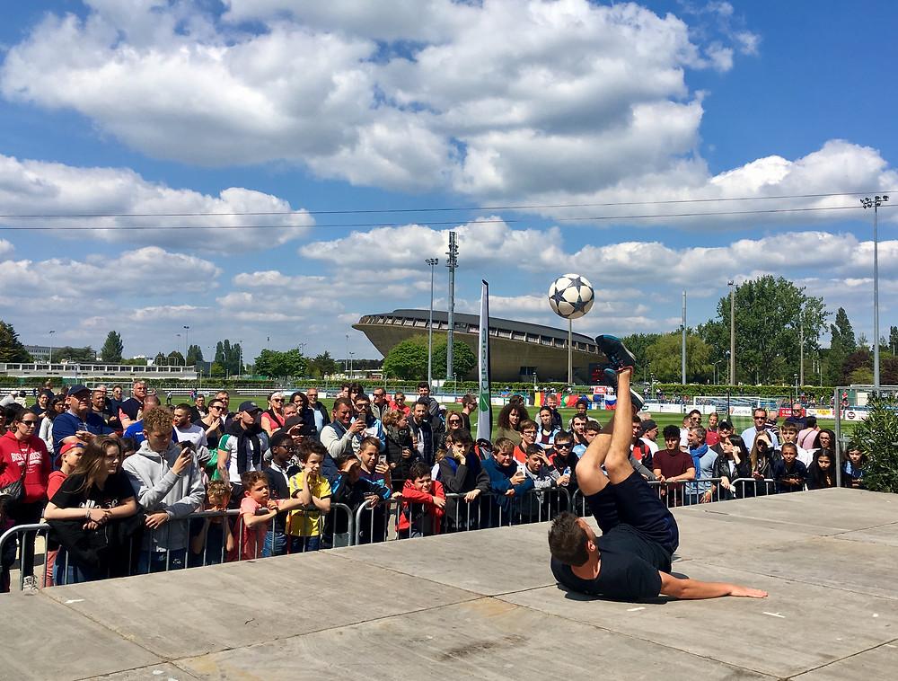 Démonstration Freestyle Football à Saint Nazaire pour le tournoi mondial cup organisé par le club et réunissant des équipes venus du monde entier. Le freestyler Corentin Baron a proposé des initiations aux jeunes puis un show foot freestyle avant la finale.