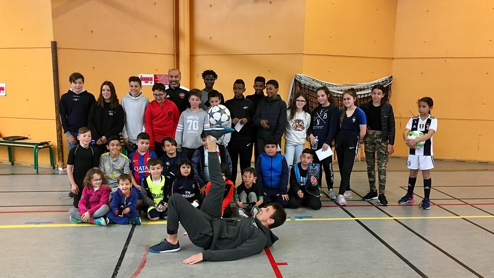 Corentin était à Cholet dans le Maine et Loire pour une initiation Freestyle Football pendant les vacances de Pâques. L'occasion pour le freestyler de faire découvrir sa discipline, et pour les jeunes du centre social d'apprendre les tricks et figures avec le ballon. Une animation qui a ravi petits et grands.
