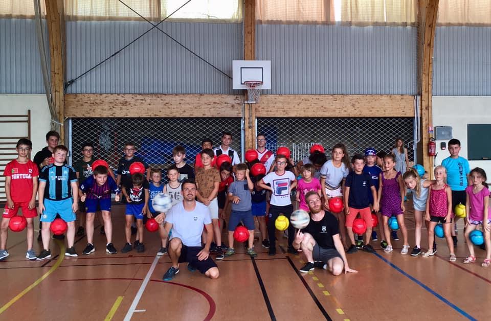 Initiation Football Freestyle près d'Epinal dans les Vosges pour un centre jeunesse. Après midi pour apprendre le jonglage et les tricks avec le ballon et les freestylers professionnels de l'équipe Trick Me.