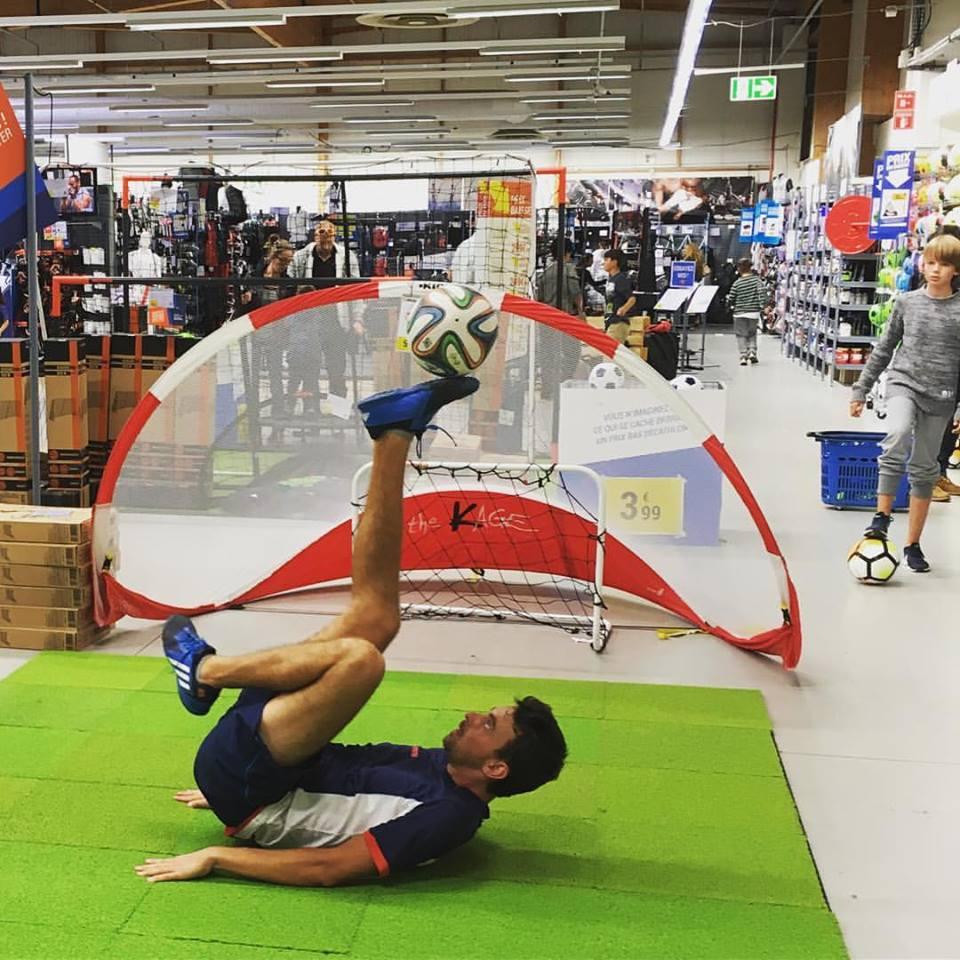 Corentin BARON en animation football freestyle dans un Décathlon prêt de Paris avec au programme sho