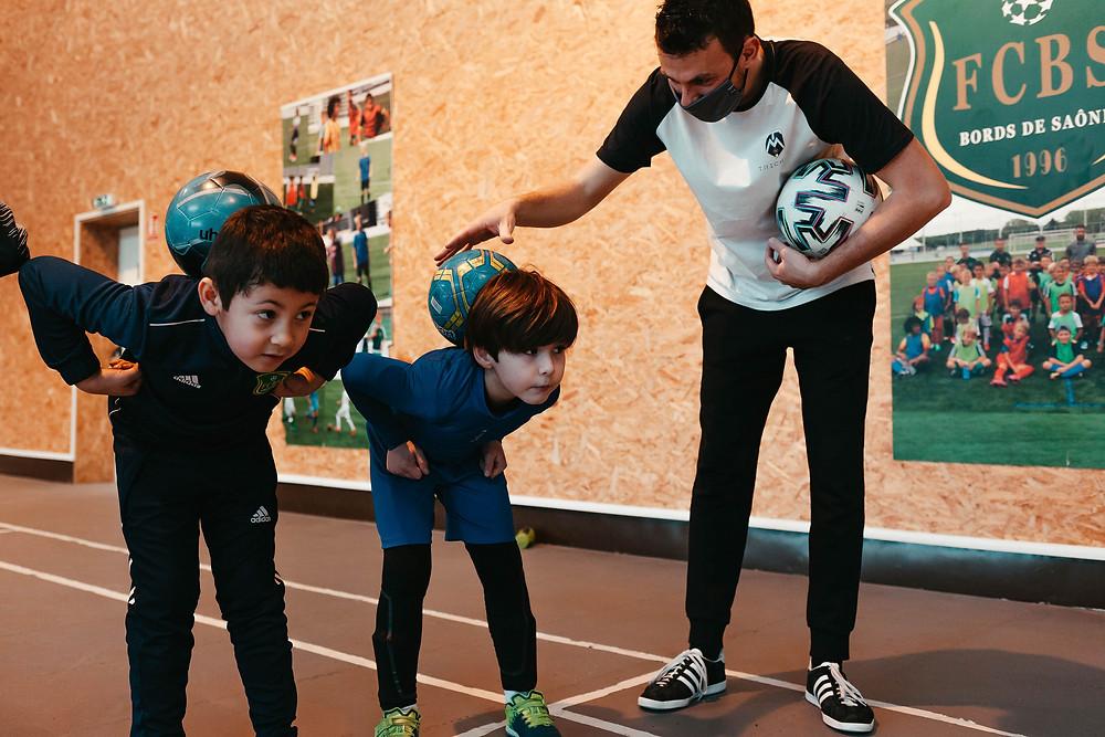 Initiation Football Freestyle avec le freestyler Corentin Baron pour apprendre les figures avec le ballon. Une intervention pour un stage de club de football près de Lyon, les jeunes ont apprécié l'animation et les démonstrations du champion de Freestyle.