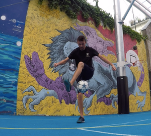 Démonstration Football Freestyle à Paris pour les jeunes d'un ufolep et la structure jeunesse. Les jeunes ont pu profiter d'une initiation avec le freestyler professionnel pour apprendre les gestes techniques et figures avec le ballon.