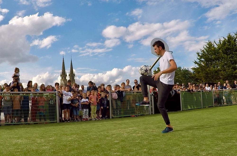 Show Football Freestyle pour l'inauguration d'un city stade en Vendée, spectacle du freestyler professionnel pour les enfants de la ville venus nombreux pour l'évènement et l'animation