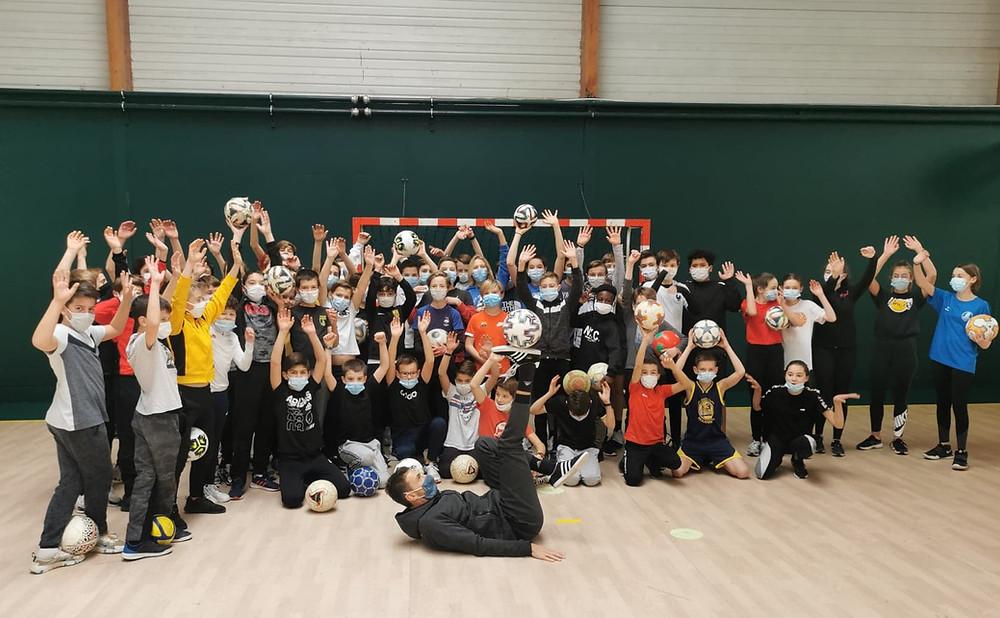 Animation Freestyle Football au May sur Evre près de Cholet. Corentin, freestyler professionnel est intervenu pour un spectacle et des ateliers initiations pour apprendre les figures et gestes techniques avec le ballon.