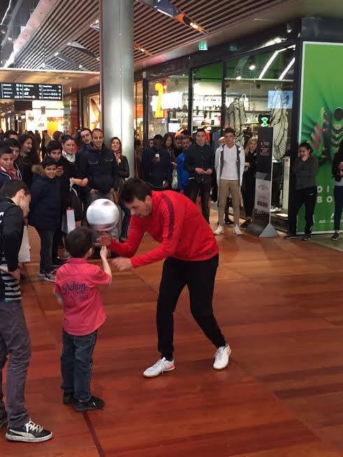 Démonstrations de Football Freestyle pour l'inauguration d'une boutique de sport à Lille. Animation Football Freestyle à Lille dans le centre commercial Eura Lille pour l'inauguration d'un nouveau magasin de sport spécialiste du football. Corentin Baron a réalisé plusieurs démonstrations tout l'après midi .
