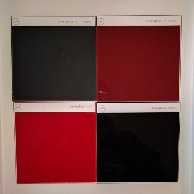 Contraste entre Coverglass Satín Negro, Coverglass Bourdeaux, Coverglass Rojo y Coverglass Negro