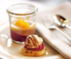 Dessert im Glas und süßes Fingerfood-Teilchen