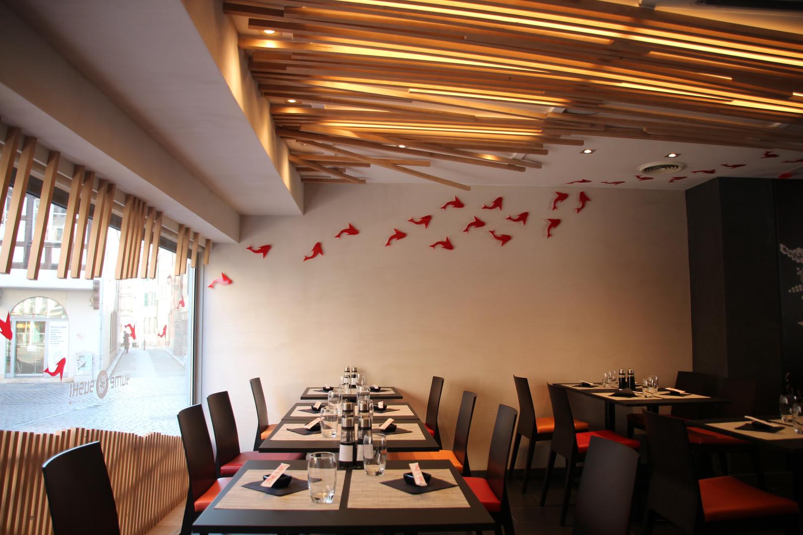 Les poissons et la salle du restaurant - Restaurant Yume Sushi à Strasbourg