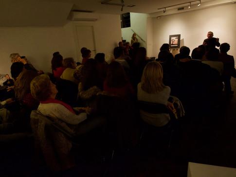 El público en la penumbra de la galería Jordana
