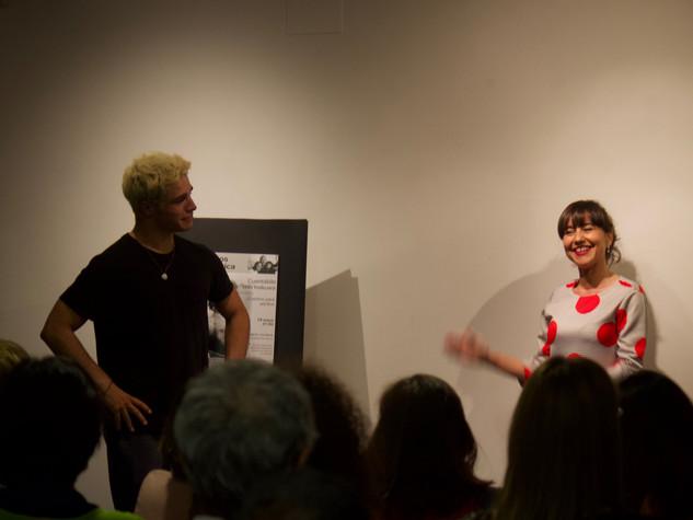 Eva invita a un asistente a encarnar el personaje de un cuento
