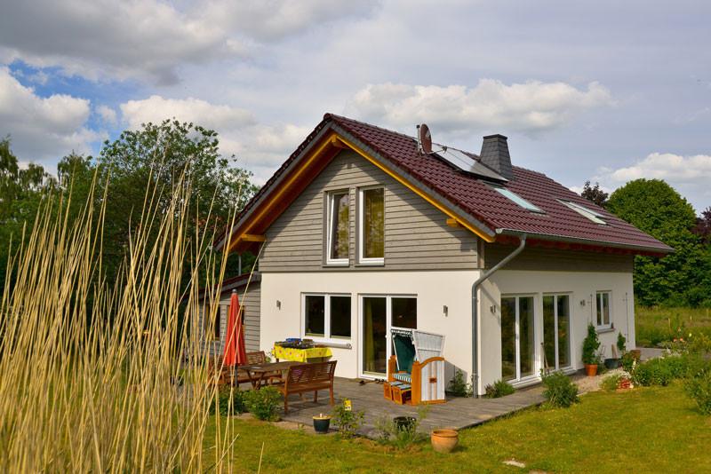 Haus im grünen Heckenbeck