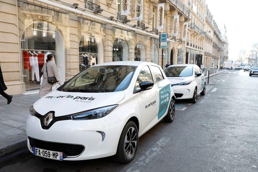 Carros elétricos do serviço de compartilhamento de carros Moov'in, da Renault em Paris. Foto: Divulgação.