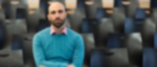Portrait sitzend Ahmad Mansour