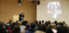 Ahmad Mansour auf der Bühne bei einem Vortrag