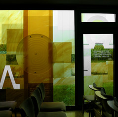 Glasfenster mit Alpha und Omega