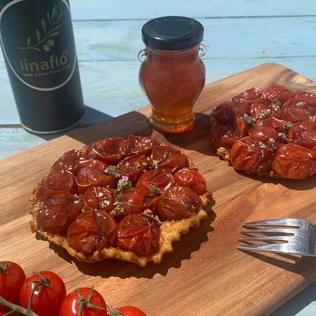 Tartelette tatin de tomates cerises au miel de thym, vinaigre balsamique et herbes aromatiques
