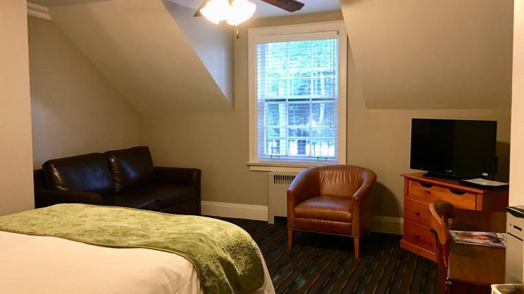 Inn Room 209 Queen Bed 2.JPG